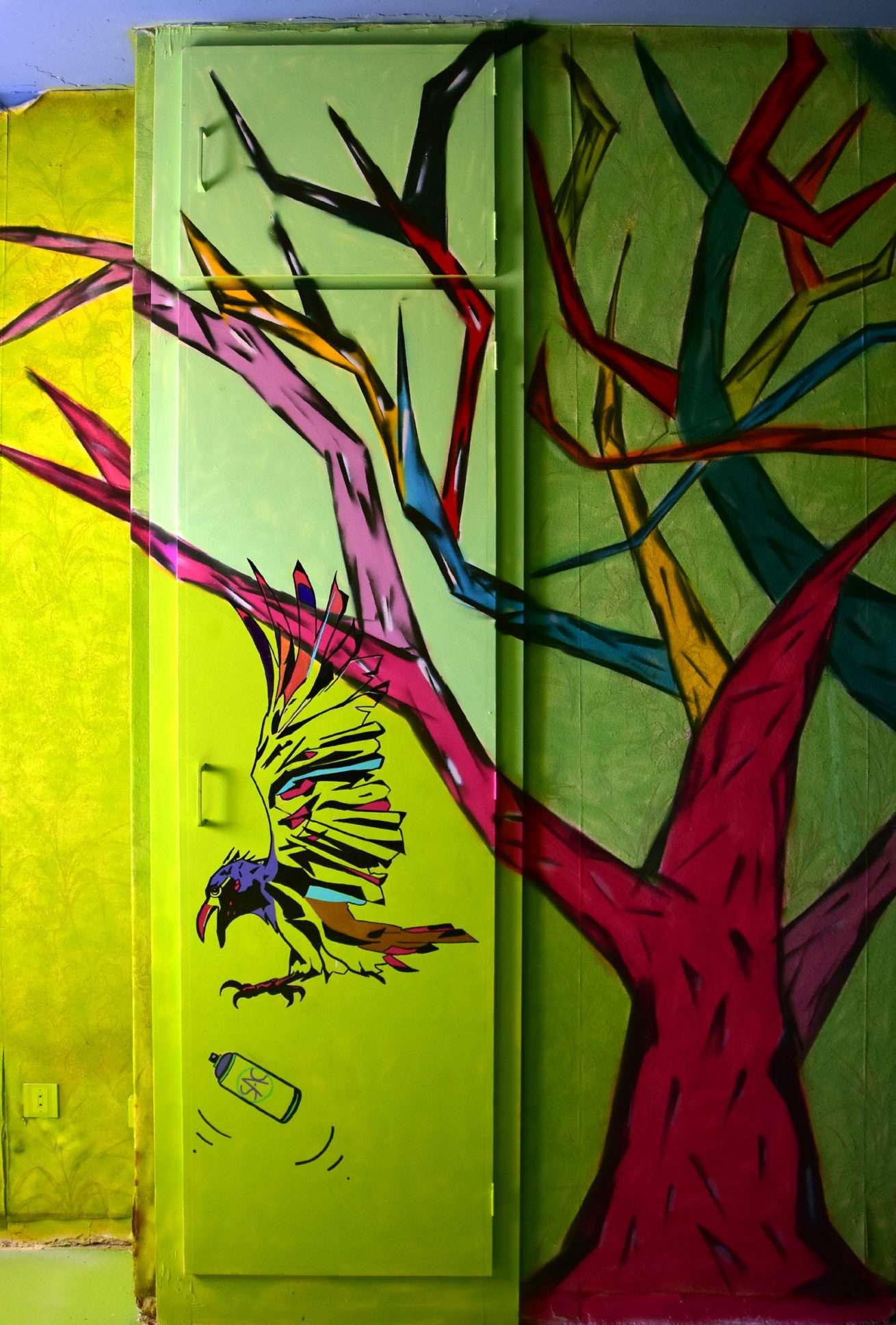 Yren_street-art-city_corbeau_hotel-128_chambre-126